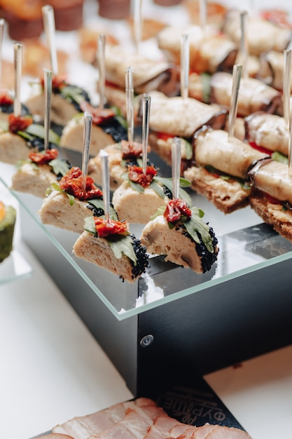 Delicioso buffet festivo com canapés e diferentes deliciosas refeições Foto Premium