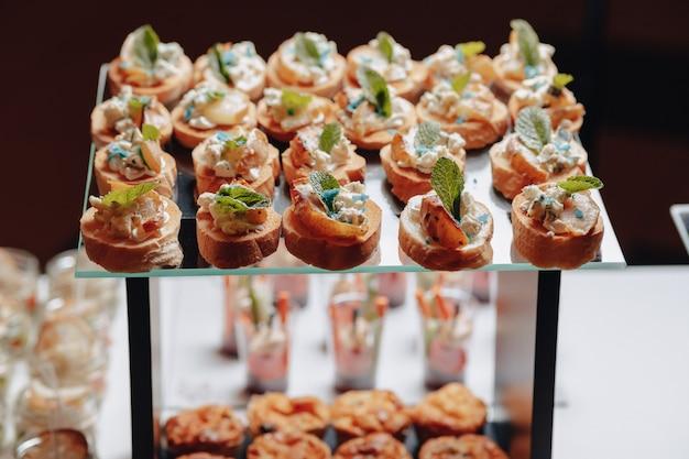 Delicioso buffet festivo com canapés e diferentes refeições deliciosas Foto Premium