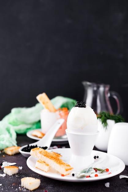 Delicioso café da manhã com ovos cozidos Foto Premium