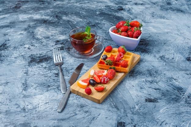 Delicioso café da manhã com waffle e frutas Foto gratuita