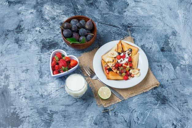 Delicioso café da manhã com waffles e frutas Foto gratuita