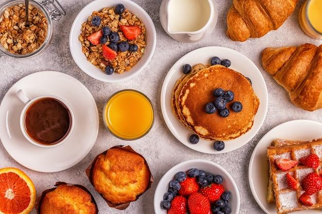 Delicioso café da manhã em uma mesa leve Foto Premium