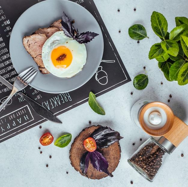 Delicioso café da manhã na mesa vista superior Foto gratuita