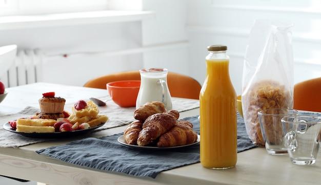 Delicioso café da manhã na mesa Foto gratuita