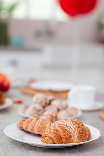 Delicioso café da manhã no dia dos namorados Foto gratuita