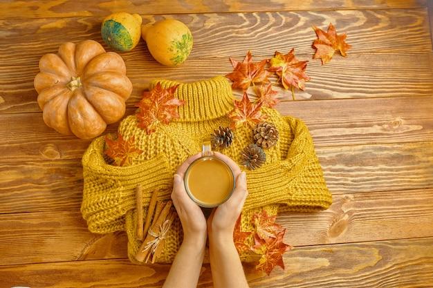 Delicioso café de outono. Foto Premium