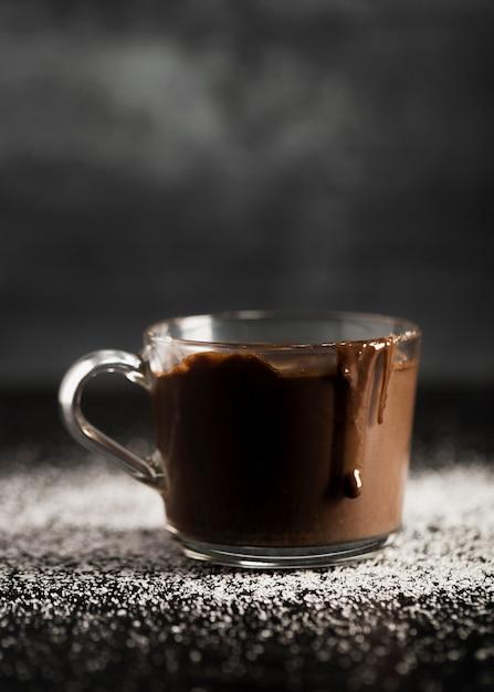 Delicioso chocolate derretido em um copo transparente Foto gratuita