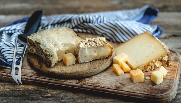 Delicioso conjunto de queijo Foto Premium
