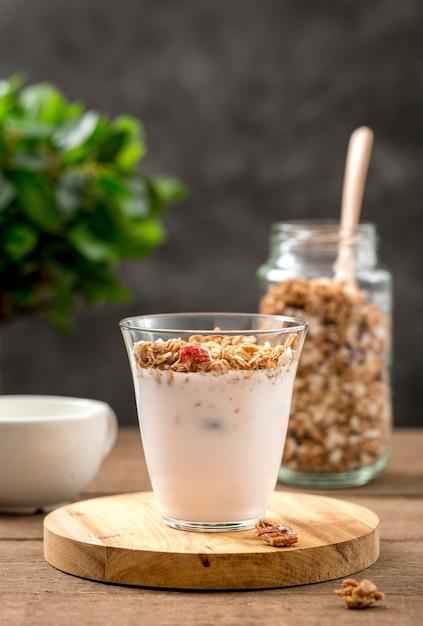 Delicioso copo de iogurte com granola Foto gratuita