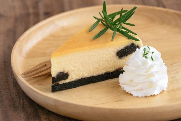 Delicioso e doce original new york cheesecake simples com chantilly. bolo de padaria caseira. Foto Premium