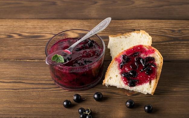 Delicioso geléia de groselha preta em close-up de mesa Foto Premium