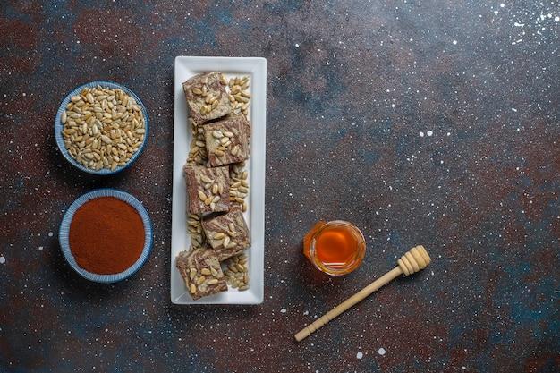 Delicioso halva de mármore com sementes de girassol, cacau em pó e mel, vista superior Foto gratuita