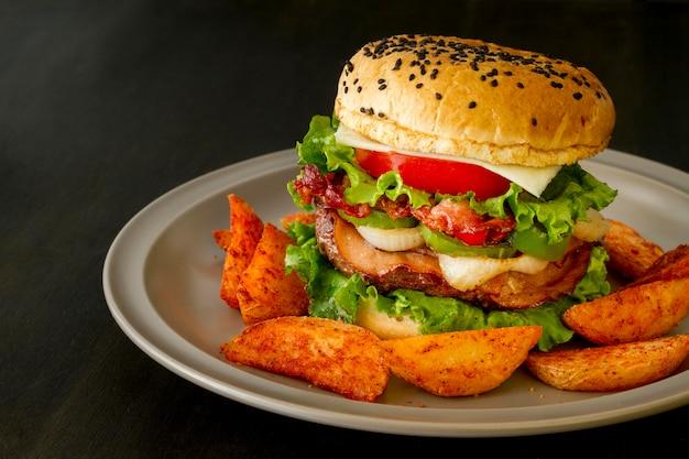Delicioso hambúrguer com batatas fritas Foto gratuita