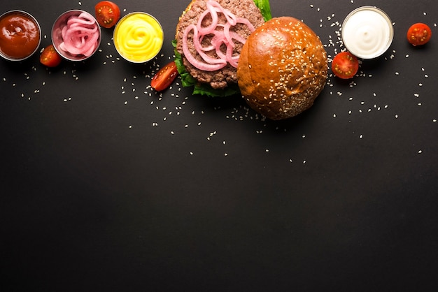 Delicioso hambúrguer com ketchups e mostarda Foto gratuita