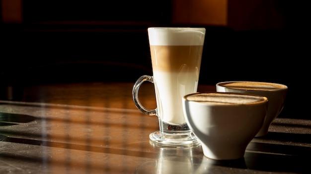 Delicioso latte macchiato orgânico com leite Foto gratuita