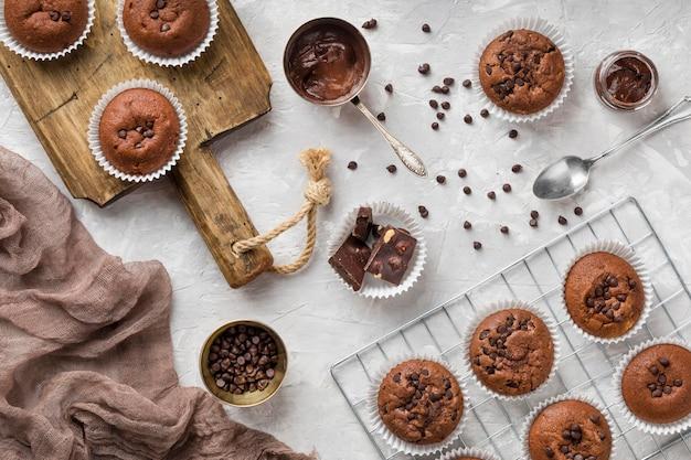 Delicioso muffin de cima com chocolate e gotas de chocolate Foto gratuita