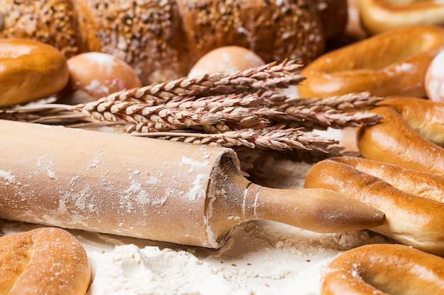 Delicioso pão, bagels e ovos em cima da mesa Foto gratuita