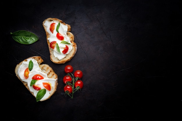 Delicioso pão com queijo e tomate Foto gratuita