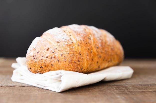 Delicioso pão com sementes na mesa Foto gratuita