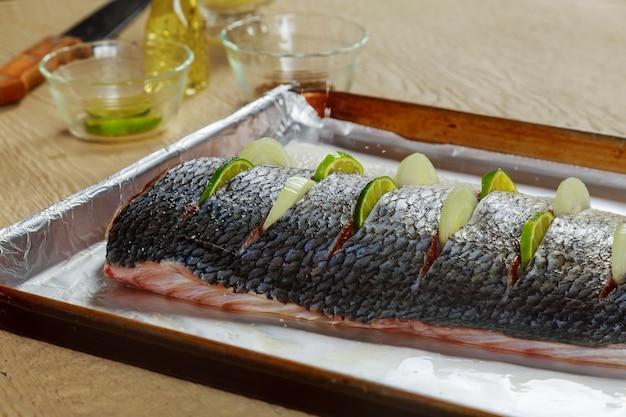 Delicioso peixe marinado com limão e prato de cebola no forno Foto Premium