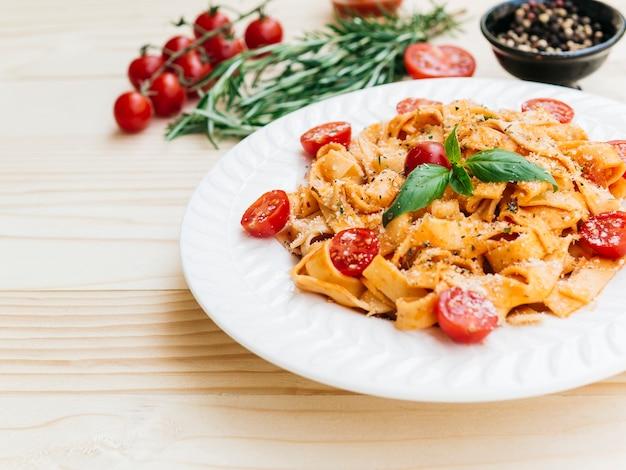 Delicioso prato de massa italiana Foto gratuita