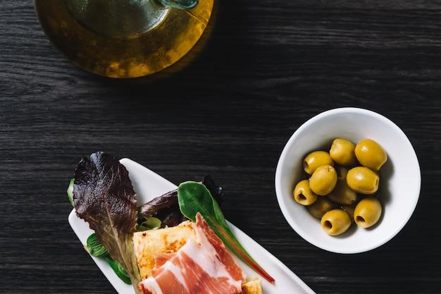 Delicioso top de omelete de batata espanhola com presunto serrano e azeitonas Foto Premium