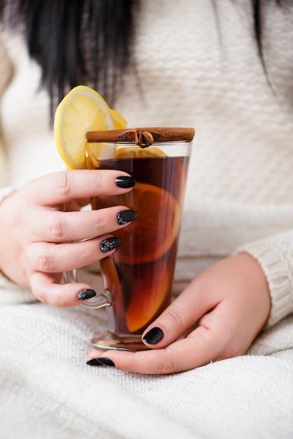 Delicioso vinho quente com laranja e canela. Foto Premium