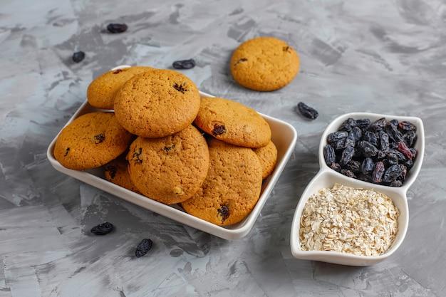 Deliciosos biscoitos com passas e aveia, vista superior Foto gratuita