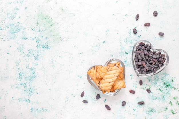 Deliciosos biscoitos com passas, vista superior Foto gratuita