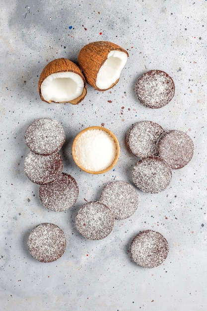 Deliciosos biscoitos de chocolate e coco com coco, vista superior Foto gratuita