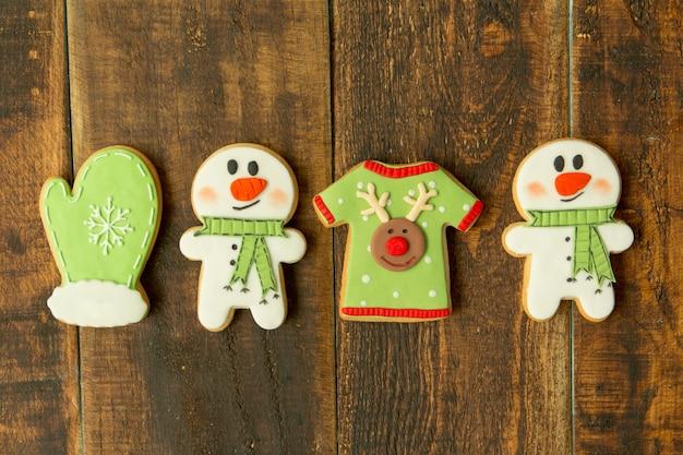 Deliciosos biscoitos de natal na mesa de madeira Foto Premium