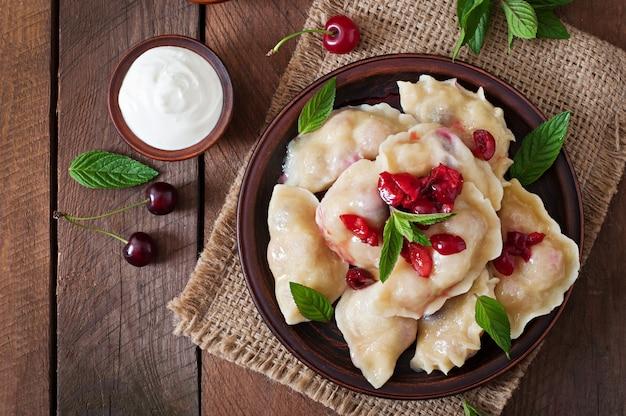 Deliciosos bolinhos com cerejas e geléia Foto gratuita