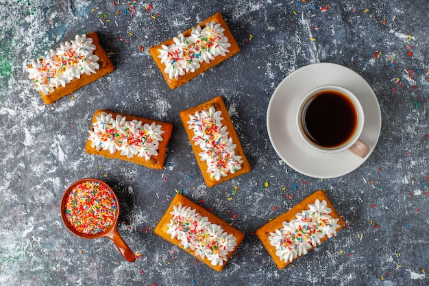 Deliciosos bolos caseiros de frutas pequenas, bolos de passas, vista superior Foto gratuita