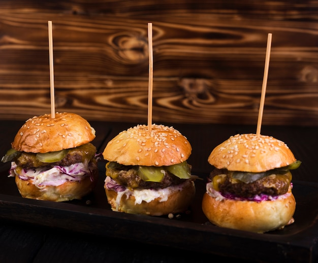 Deliciosos hambúrgueres de carne prontos para serem servidos Foto gratuita