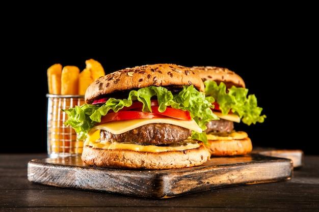 Deliciosos hambúrgueres grelhados Foto Premium