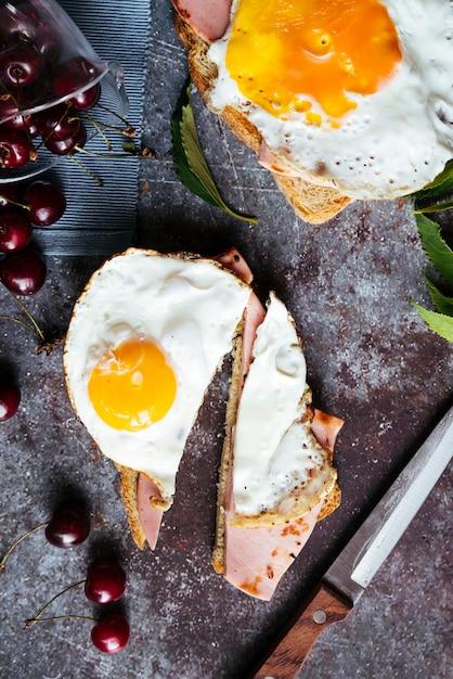 Deliciosos ovos na vista superior do café da manhã de torradas Foto gratuita