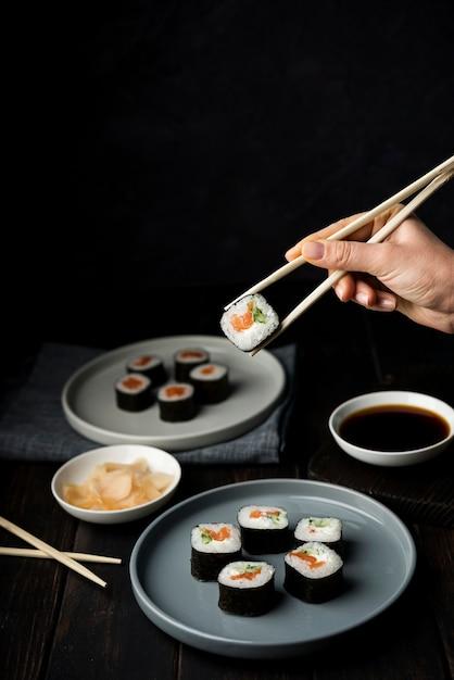 Deliciosos rolos de sushi com legumes e arroz Foto gratuita