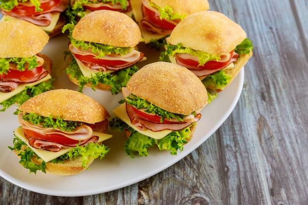 Deliciosos sanduíches feitos com rolo de ciabatta com presunto Foto Premium