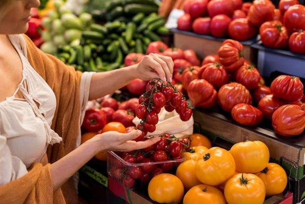 Deliciosos tomates cereja e tomates grandes Foto gratuita