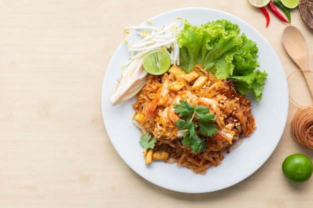 Deliciuos macarrão de arroz integral com camarão Foto Premium