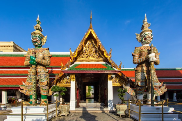 Demônio guardião em wat phra kaew, grande palácio na cidade de bangkok, tailândia Foto Premium
