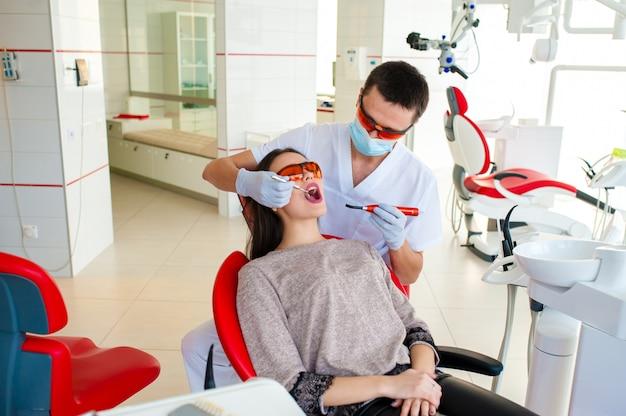 Dentes de enchimento em uma menina na odontologia. Foto Premium