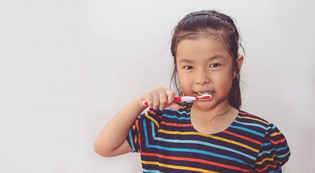 Dentes escovinha menina asiática cute Foto Premium