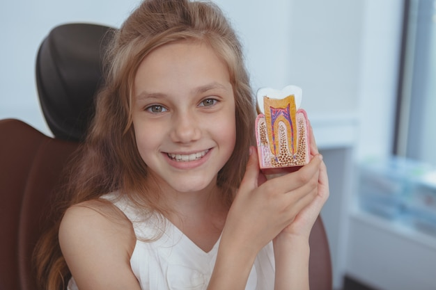 Dentista de visita da moça bonita Foto Premium