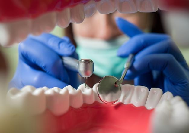 Dentista, dentes de perfuração. vista de dentro da boca Foto Premium