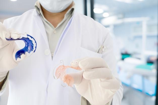 Dentista, mostrar, dental, retentor, ortodôntico, aparelho, em, seu, mão Foto Premium