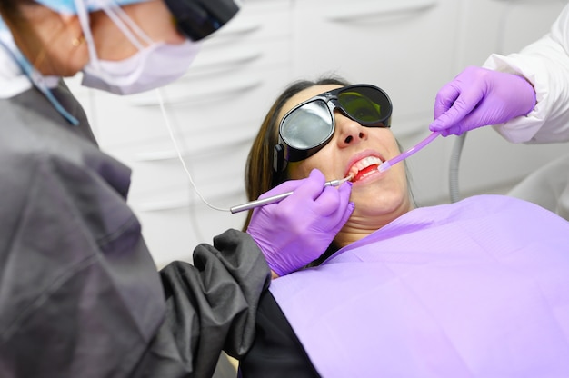 Dentista usando um laser de diodo moderno. Foto Premium