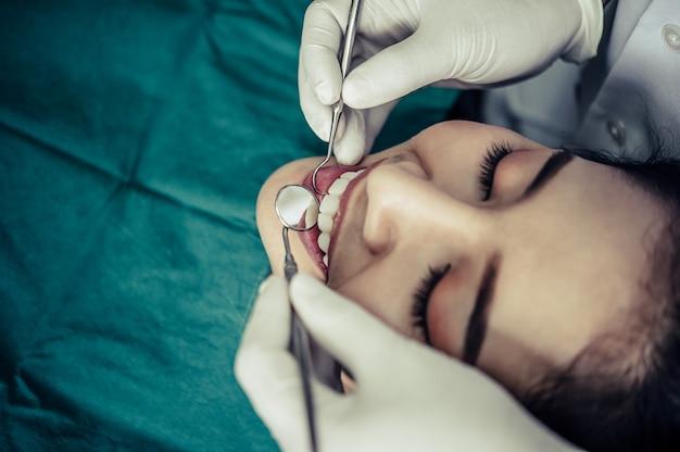 Dentistas tratam os dentes dos pacientes. Foto gratuita