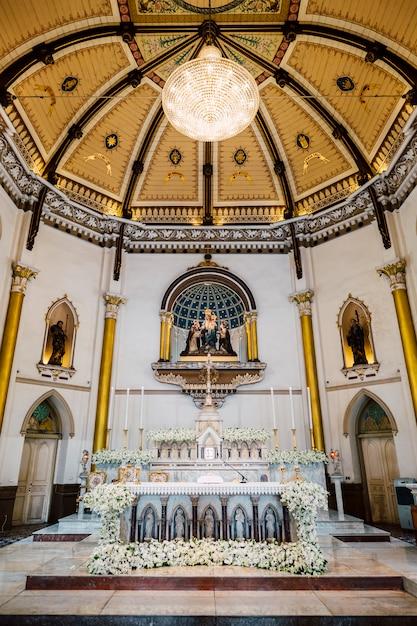 Dentro da igreja com teto bonito na tailândia Foto gratuita