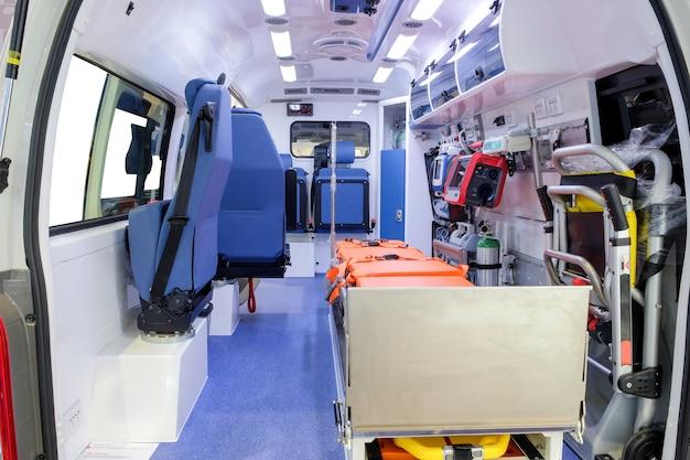 Dentro de um carro de ambulância com equipamento médico para ajudar os pacientes Foto Premium
